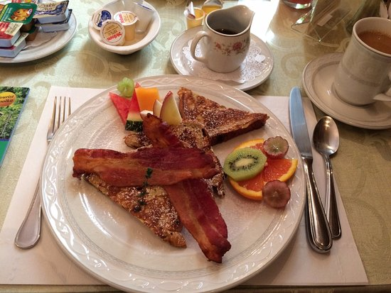 Perth Manor Boutique Hotel: Raisin Bread French Toast and local Maple Syrup