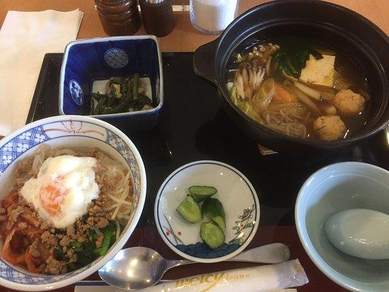 Kuji, Japonya: ミニビビンバとチゲ鍋セットというランチメニュー。