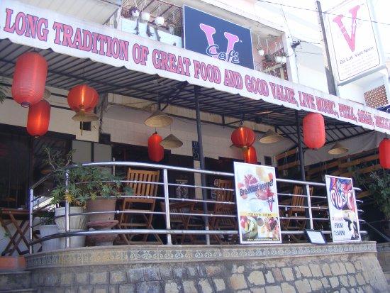 V Cafe (Restaurant/Bar/Live Music): Từ dưới đường Bùi Thị Xuân nhìn lên Nhà hàng V Cafe - Đà Lạt.