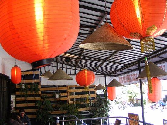 V Cafe (Restaurant/Bar/Live Music): Ngoài hàng hiên Nhà hàng V Cafe - Đà Lạt, được trang trí đẹp mắt