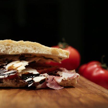 SandwiChic: Capocollo artigianale, grana, pomodoro fresco, glassa di aceto