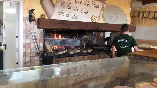 Torricella di Magione, İtalya: Focolare dove cuociono la carne e la torta al testo
