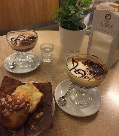 Pero, Italië: caffè marocchino con muffin
