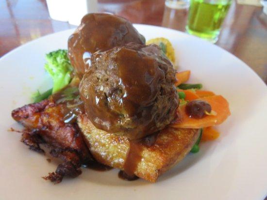 Ulverstone, Australia: Rissoles with onion gravy and nice vegies.