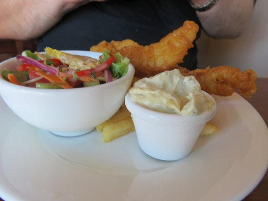 Ulverstone, Australien: Battered flathead with chips and salad and a heap of tartare sauce.
