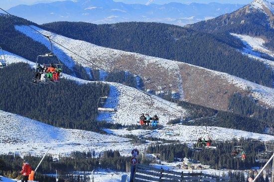 Liptovsky Mikulas, Slovaquie : Skiers on cable system