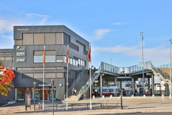 Trondheim Municipality, Noruega: Trapphuset ligger inntil trappa som krysser togsporene på Trondheim S