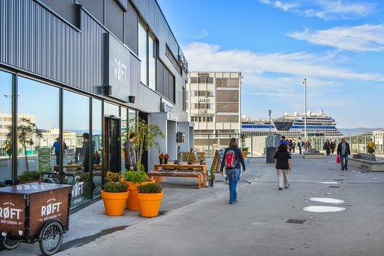 Trondheim Municipality, Noruega: På vei til hurtigbåt, turistskip, Pirbadet, Rockheim eller andre steder på Brattøre? Stikk innom