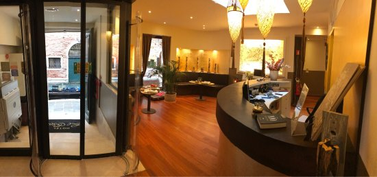 Hotel Le Isole: Amazing location in Venice. This hotel has spacious rooms yet maintains a cozy atmosphere.