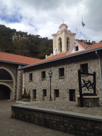 Pedoulas, Cypern: во дворе монастыря