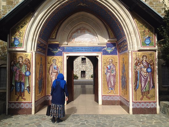 Pedoulas, Cypern: вход в монастырь, мозаика