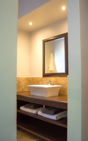 Durbanville, South Africa: Unit B: Full bathroom with seperate shower.