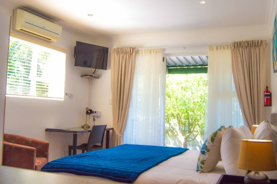 Durbanville, South Africa: Studio 1: King size bed in air-conditioned room.