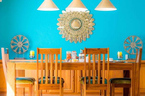 Durbanville, Sør-Afrika: Breakfast optional and served in communal dinning room.
