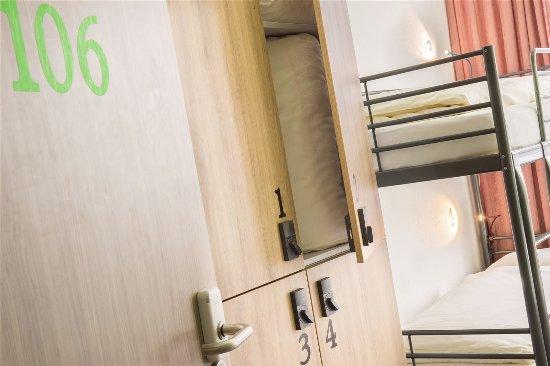 abschließbare Schränke im Zimmer - Bild von Airport Hostel ...