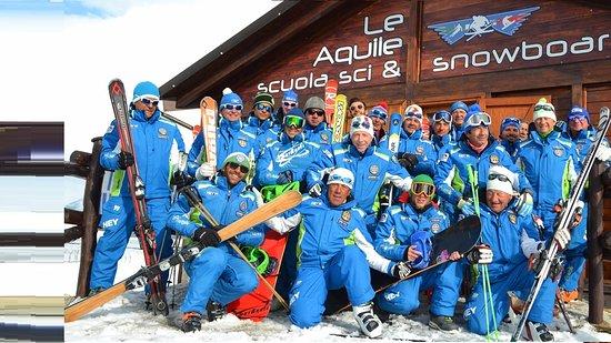 Rocca di Cambio, อิตาลี: Foto di gruppo dei nostri maestri di sci e snowboard