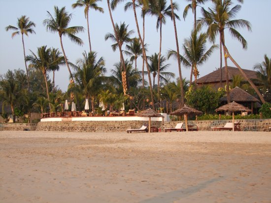Ngapali Bay Villas & Spa : View of the outdoor restaurant area from the beach