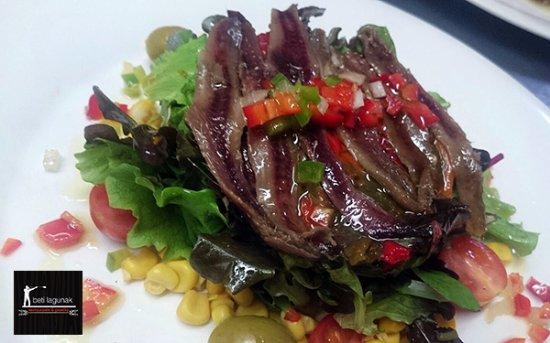 Leioa, España: Ensalada de anchoas con vinagreta guarnecida