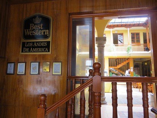BEST WESTERN Los Andes De America: desde la recepción se ve el primer patio