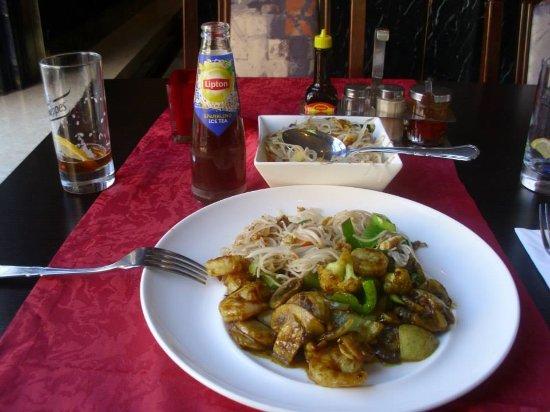 Oostvoorne, Niederlande: Vegetarische Noodles en Garnaalen (met currysaus) - 10/10 !!