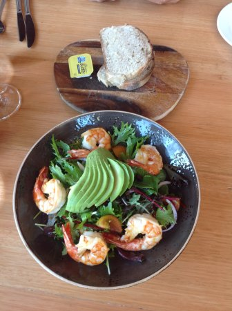 Guildford, Australien: Tiger prawn and avocado mesculin salad
