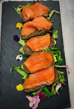 Dogana, San Marino: Salmone marinato su crostino integrale e insalata