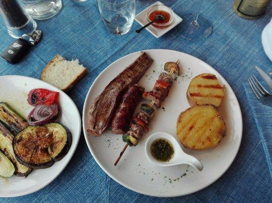 Origgio, Italy: bistecca fiore con spiedino, salsiccia e verdure alla griglia (€ 18)