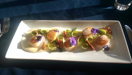 Saint Peters Bay, แคนาดา: Bay Scallops, Asparagus salad, potato purée, crispy bacon, beer foam