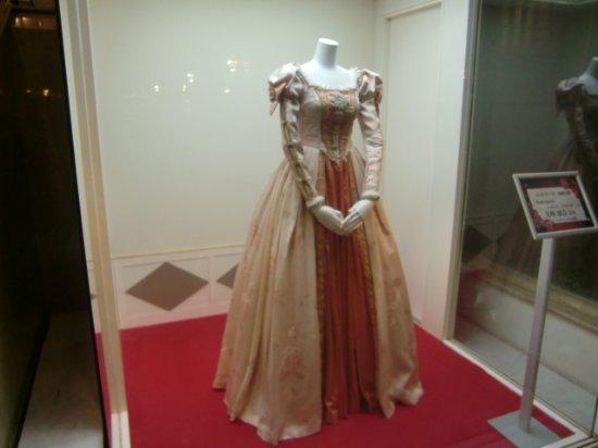 Takarazuka, Japan: 宝塚歌劇で使用された衣装が展示されています