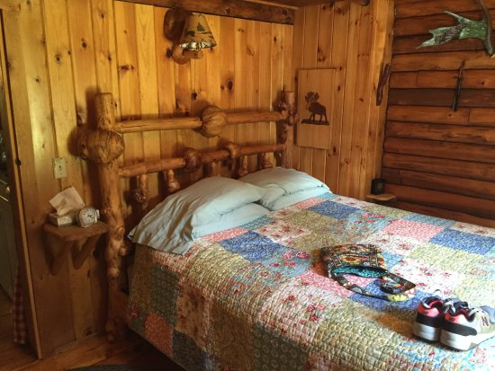 Josselyn's Getaway Log Cabins: Bedroom at Brookside Cabin