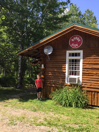 Josselyn's Getaway Log Cabins: Brookside Cabin