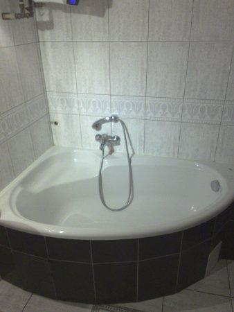 Very Berry Hostel: Bathtub, No Curtains, No Stopper U003d Wet Floor