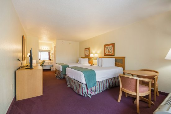 Americas Best Value Inn & Suites: Two Queen Beds