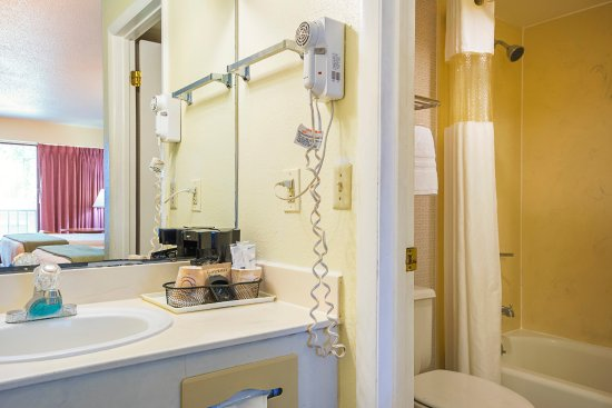 Americas Best Value Inn & Suites: Two Queen Beds Guest Bathroom