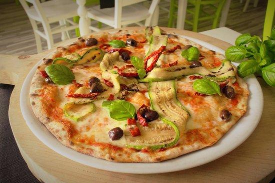 Settimo Torinese, Italie : Pizza con nastri di zucchine, olive Riviera, pomodori secchi e basilico