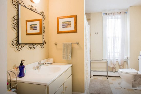 Newton, MA: Guest Wing Shared Bathroom for Balcony and Cozy Queens
