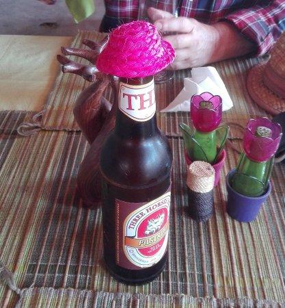Belo Tsiribihina, Madagascar: Sombrerito con el que cubren la cerveza al abrirla