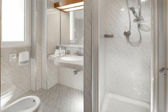 6ae0b1a8bd Hotel Ascot: bagno con box doccia e asciugacapelli, spugne di pregio e set  di