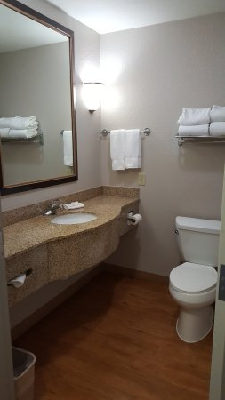 Kyle, TX: Adequate room in the bathroom