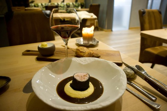 Gaillard, Francia: volaille cuite à basse temperature, roulée dans de la cendre de pain