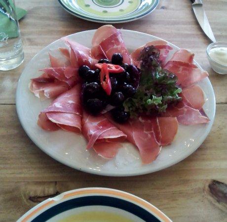 Unterschleissheim, Alemania: Serano mit Oliven