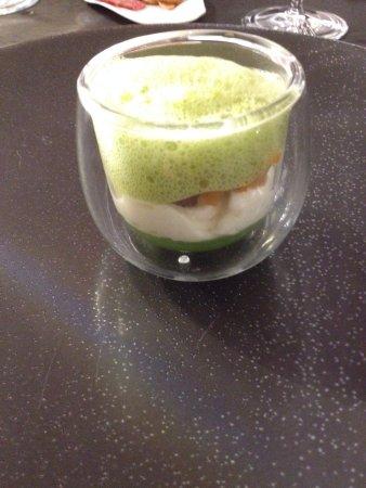 Chardonne, Svizzera: Amuse bouchegelée de concombre, mousse raifort, féra fumé, émulsion de pousses de radis