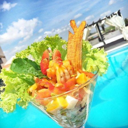 كازينو وفندق هوديلبا جران ألميرانت: Coctel de camarones en el Bar Navegante de la piscina del Hodelpa Gran Almirante