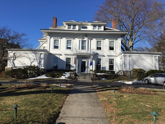 Greenwich, CT: Walking up the front walk