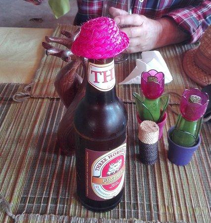 Belo Tsiribihina, Madagascar: Cerveza THB Pilsener de 65 cc tapada con un sombrerito en el Karibo Hotel