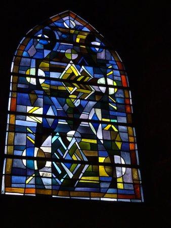 Villedieu-les-Poeles, Франция: Villedieu, église Notre Dame, vitraux modernes