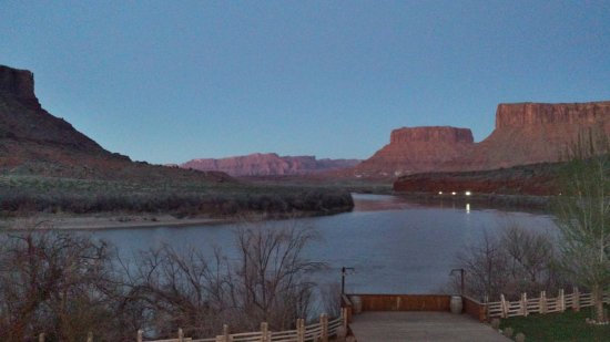 Red Cliffs Lodge: View from the deck at the main lodge right after sunset