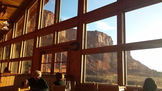 Red Cliffs Lodge: View from inside the lodge looking out at breakfast time