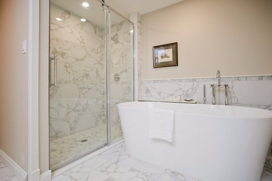 Cambridge, Canada : Soaking tub in our new cloister guest rooms.