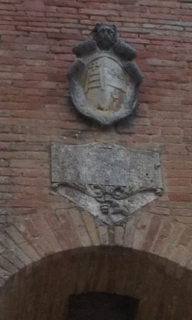 Пиенца, Италия: Inner courtyard: the coat of arms of the Hospital Santa Maria della Scala